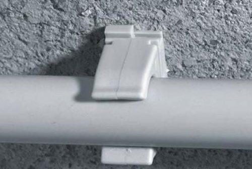 Клипса – отличный способ крепления трубы к стене