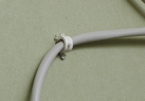 Провод, закрепеленный дюбель-хомутом