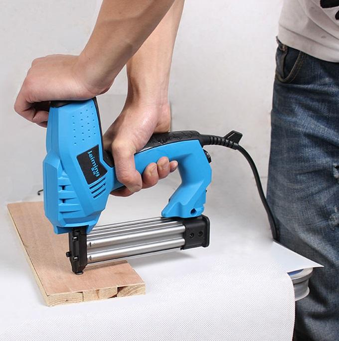 Гвоздезабивной пистолет электрического типа в работе