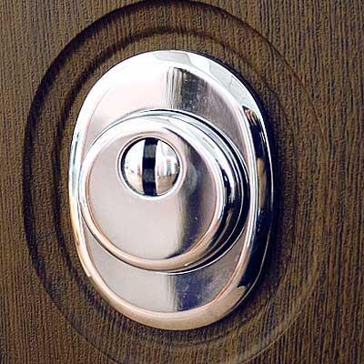 Защитная накладка, устанавливающаяся на дверной замок