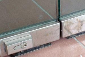 Размещения механизма внизу дверей