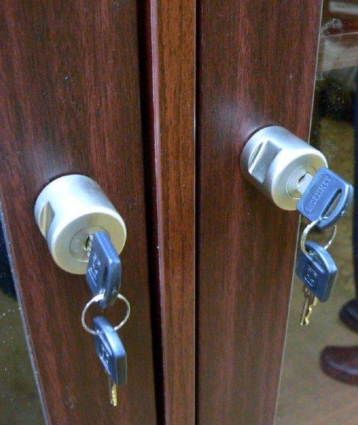 На кухонные шкафы из ДСП можно поставить навесной замок