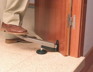 Удобнее всего снимать дверь при помощи упорного приспособления