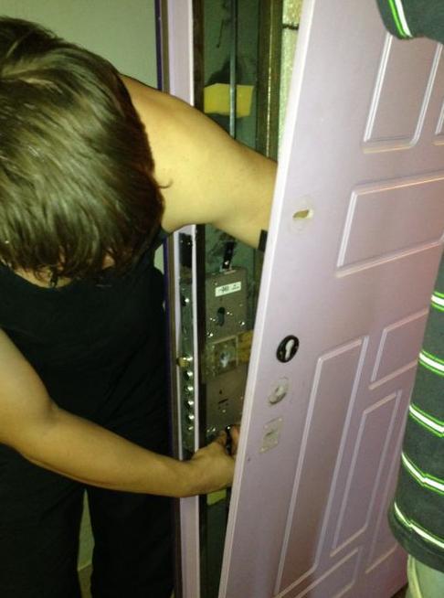 Монтаж замка в разобранную металлическую дверь
