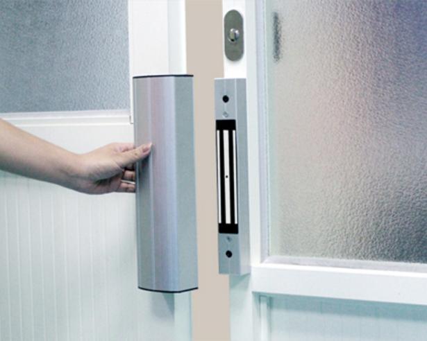 Запирающее устройство на офисной двери электромагнитного типа