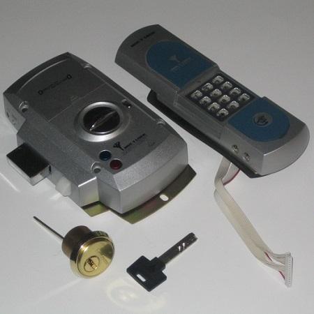 Запирающее устройство, работающее от кодовой панели и механического ключа