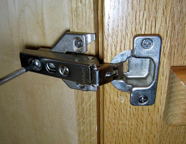 Установка и регулировка дверных петель