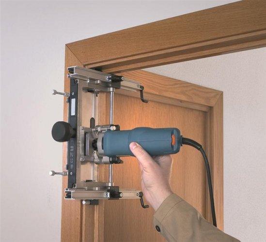 Установка и проверка дверной коробки