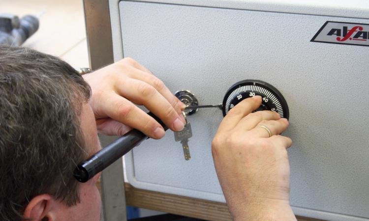 Процесс открывания двери сейфа в случае выхода кодового механизма из строя
