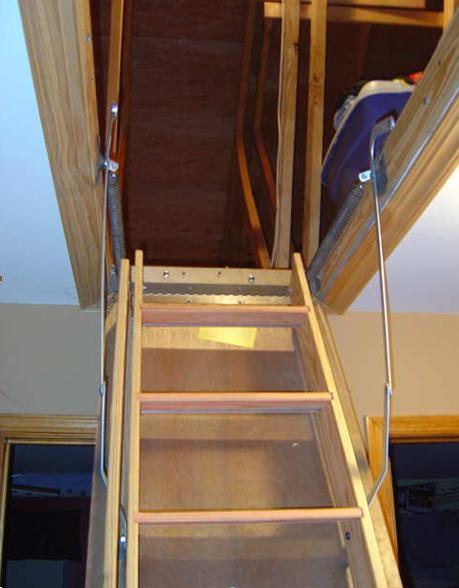 Лестница на чердак, укомплектованная складной фурнитурой