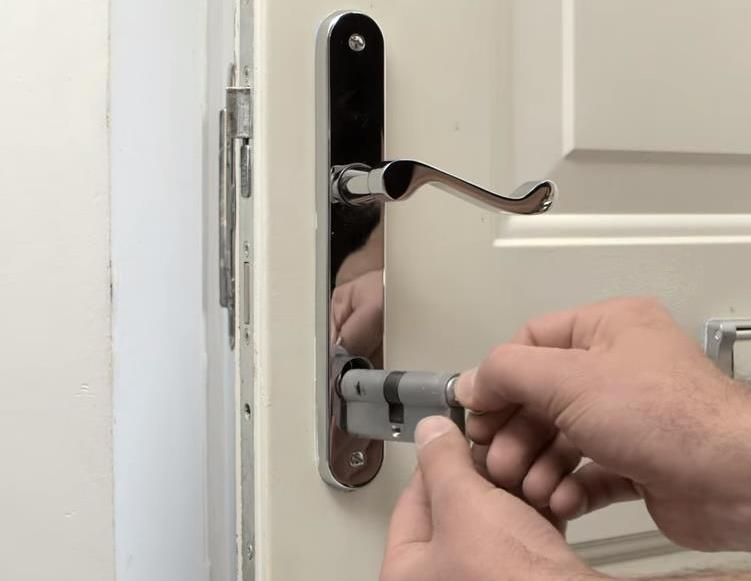 «Личинка» вынимается ключом при помощи легких движений влево-вправо
