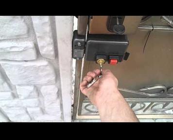 Установка на калитку замка электромеханического типа