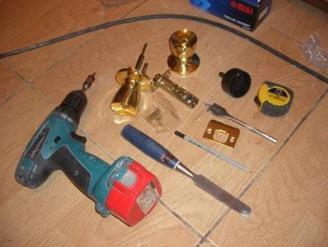 Необходимый арсенал инструмента для монтажа накладного замка