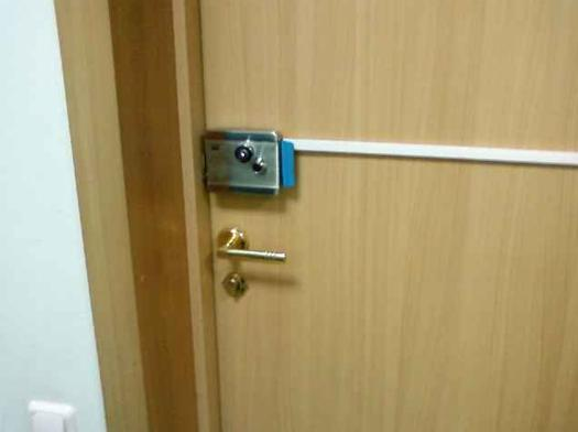 Так выглядит кабель, проложенный по дверному полотну