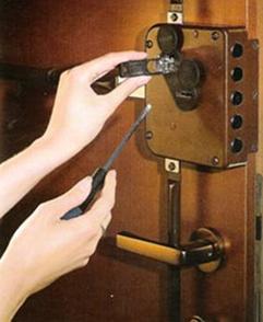 Установка накладного замка на металлическую дверь