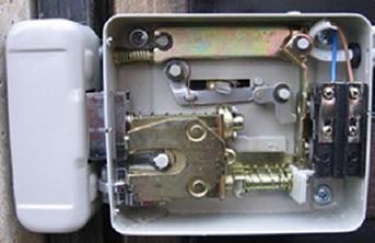 Устройство накладного электромеханического замка с приводом