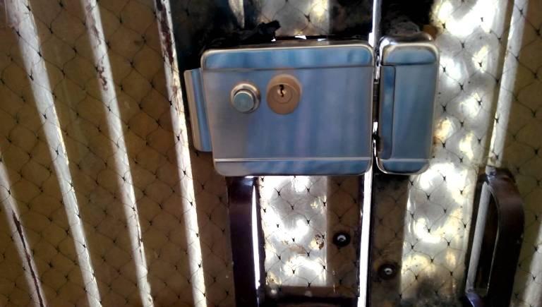 Установленный на калитку электромеханический замок