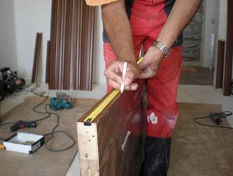 Обозначение мест для установки петель на дверном полотне