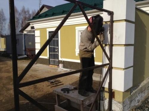 Монтаж петель на железные ворота