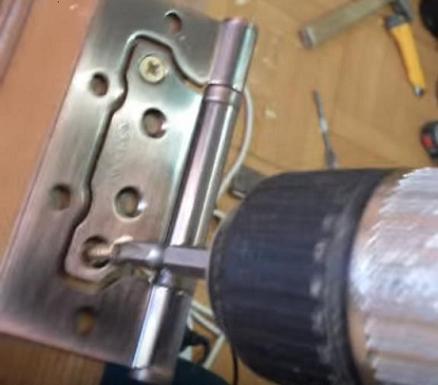 Прикручивание дверных петель шурупами