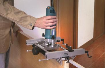 Использование фрезера при установке двери