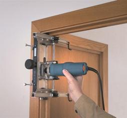 Сверление ниши для установки петли на дверной коробке