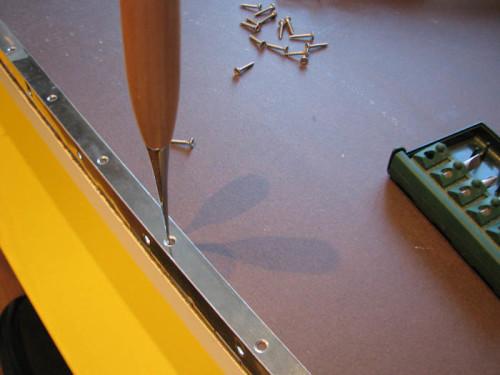 Разметка места установки рояльных петель