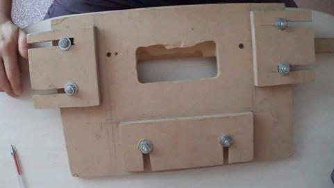 Простейшее приспособление для установки дверных петель