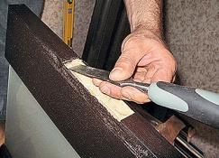 При установке врезных петель потребуется снять верхний слой полотна