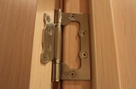 Для установки накладных петель достаточно закрепить их с помощью саморезов на поверхности дверной коробки и самой двери.