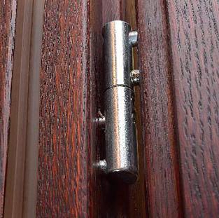 При возникновении необходимости съема двери, придется сначала демонтировать петли