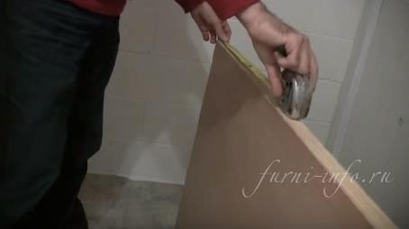 Петли устанавливаются на расстоянии 15-25 см от края дверного полотна