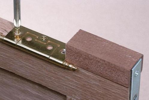 Если петля не образует щели относительно дверного полотна, ее можно закреплять