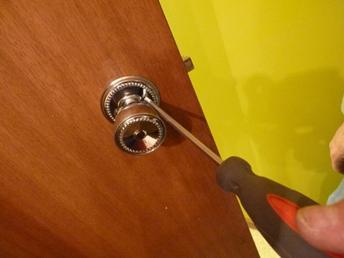 Откручивание крепежных шурупов на поворотной ручке