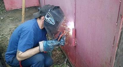 Сварочные работы при монтаже гаражных петель с подшипником