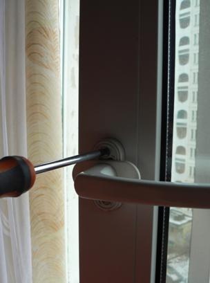 Плотно прикрутите ручку к окну