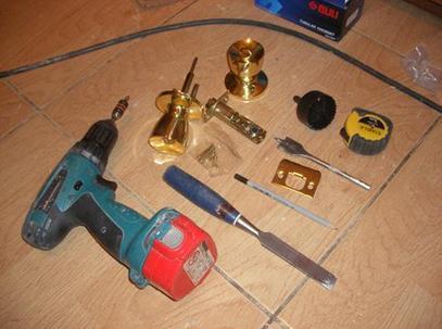 Имея такой набор инструментов и деталей, можно с легкостью установить ручку на межкомнатные двери своими руками