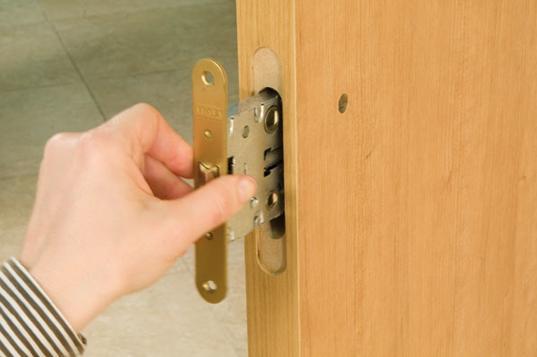 Углубления в торце двери под замок и лицевую пластину