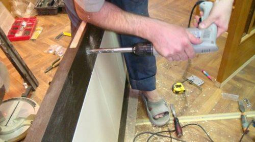 Сверление отверстий для фиксации защелки и ручки