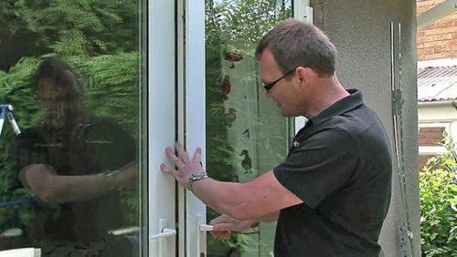 Выравнивание положения пластиковой двери