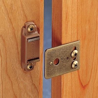 Устройство, устанавливаемое на поверхность двери