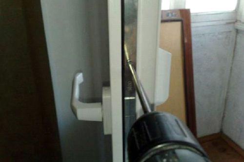 Демонтаж замка на пластиковой двери