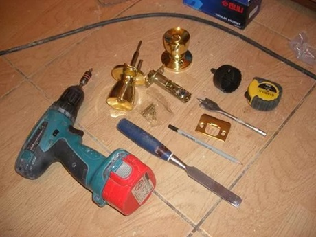 Комплект инструментов для самостоятельной установки защелки фиксатора