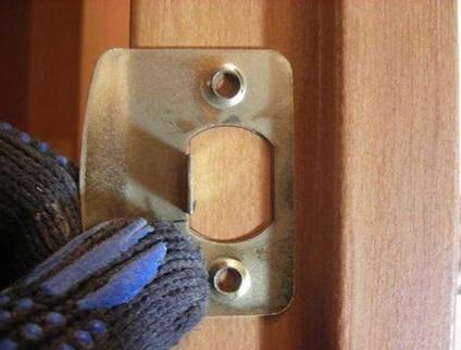 Монтаж планки на дверной коробке