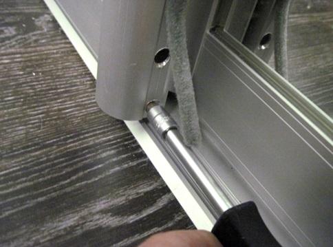 Устранение искривления двери шкафа-купе с помощью шестигранника