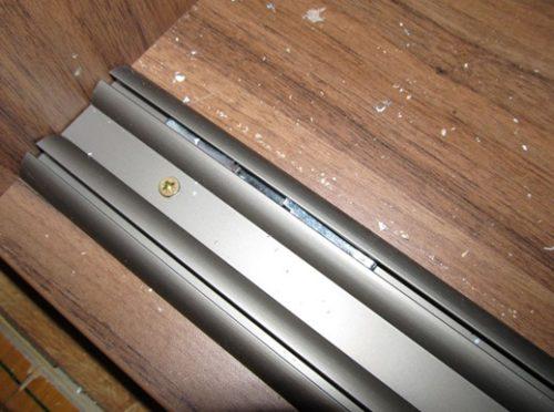 Правильное положение стопора позволит избежать самостоятельных откатов дверей и обеспечит плотный прижим в закрытом состоянии