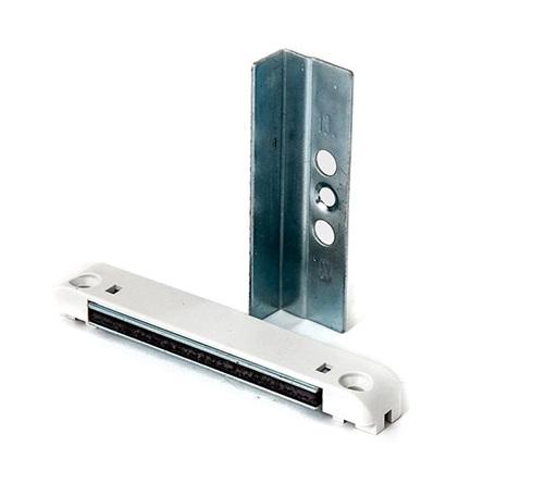 Устройство для фиксации двери балкона на основе магнита