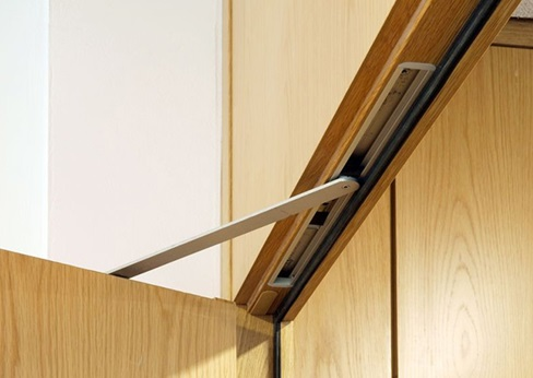 Фурнитура для двери, устанавливаемая внутрь коробки