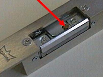 Специальная защелка, блокирующаяся после одного открывания двери
