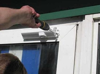 Фиксация корпуса доводчика на дверном полотне